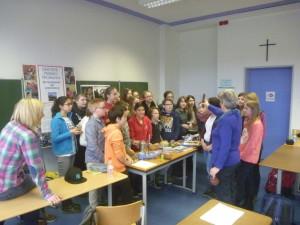 Monika Höhn mit SchülerInnen der Klasse 6a