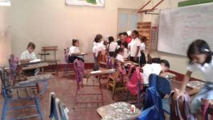 Schülerinnen und Schüler Im Gespräch mit ihrem Lehrer Uriel Barrios.