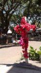 Blumengeschmücktes Kreuz
