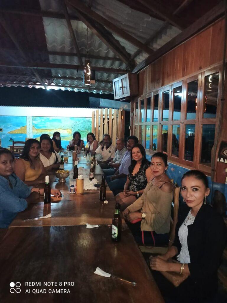 Zum Schulabschluss die Vorschullehrerinnen,  Martha Hernándes, in der Mitte Xochilt Flores, die Leiterin, und  Mercedes Hernández!